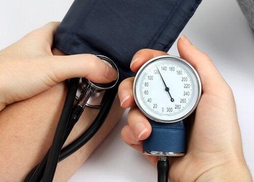 Metodă ce reduce tensiunea arterială aplicată de medic