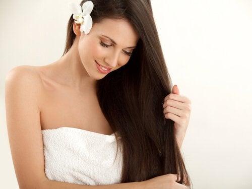 Apa de coji de cartofi îți face părul mai rezistent