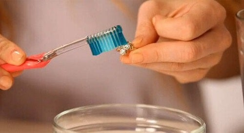 Pastă de dinți folosită la curățarea obiectelor din argint
