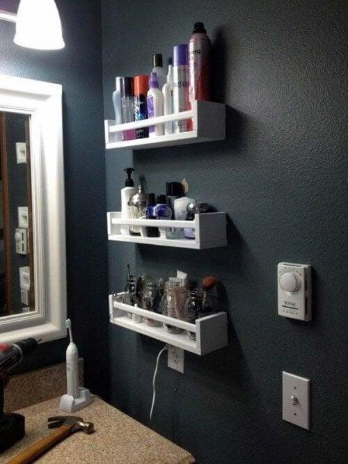 Rafturile din lemn oferă o notă de eleganță în baie