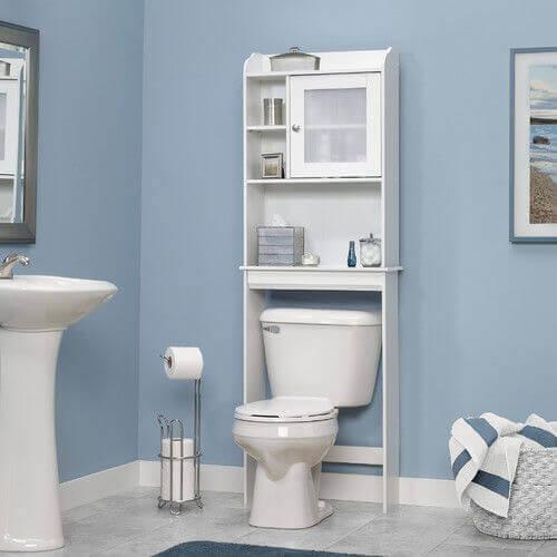Pune niște rafturi deasupra toaletei din baie