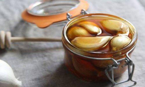 Tratamentul cu usturoi și miere este benefic pentru ficat