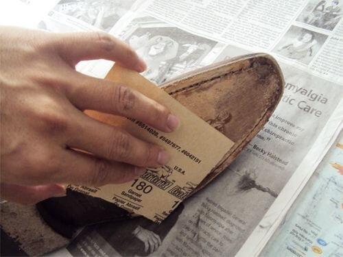 Dacă șlefuiești tălpile cu șmirghel, pantofii nu mai sunt alunecoși
