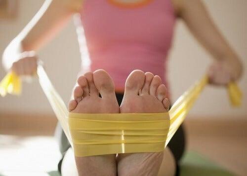 Ameliorarea durerii în fasciita plantară cu o bandă elastică