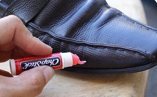 Balsamul de buze ajută la îngrijirea pantofilor de piele