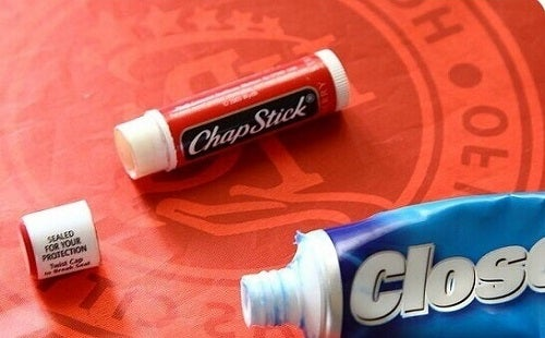 Poți să pui pastă de dinți în tubul gol de la balsamul de buze