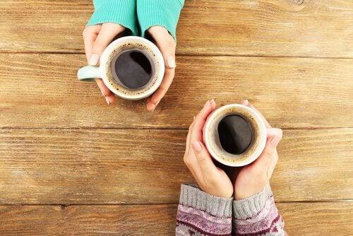 Să bei o cafea cu prietenii îți poate alunga emoțiile negative