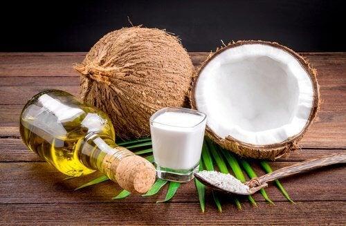 Laptele de nucă de cocos facilitează îndreptarea părului