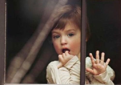 Copil căruia îi este teamă de părinții hiperprotectori