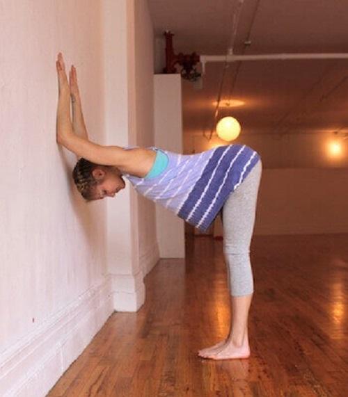Scândura rezemată de perete te ajută să ameliorezi durerile de spate