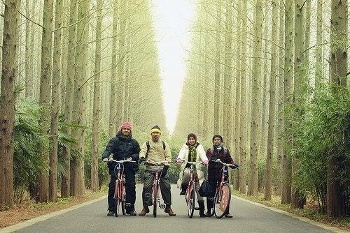 Familie la plimbare pe biciclete