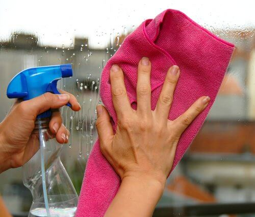 Oțetul curăță suprafețele din sticlă