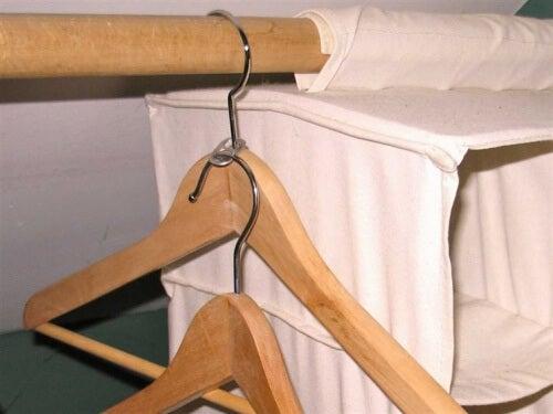 Organizarea spațiului din dulap pentru haine