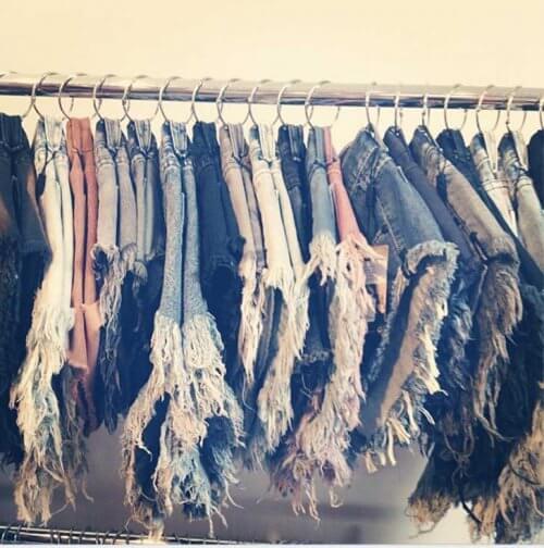 Organizarea spațiului din dulap pentru pantaloni