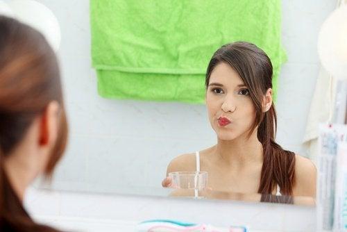 Oțetul de mere poate fi folosit ca și apă de gură