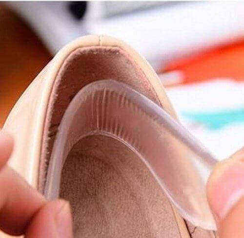 Pune protectoare din silicon în pantofii care te rod
