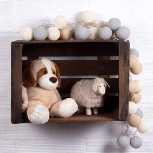 Rafturi pentru jucării din lăzile din lemn