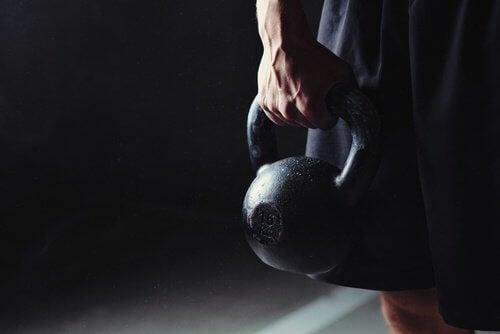 Ridicarea greutăților pe lista de exerciții pentru a slăbi