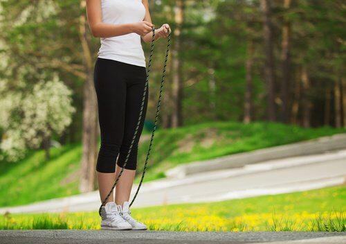 Săritul corzii pe lista de exerciții pentru a slăbi