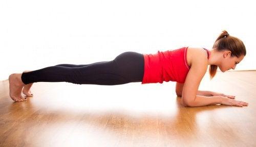 Scândura este un exercițiu ce antrenează tot corpul