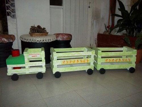 Tren de jucărie din lăzile din lemn