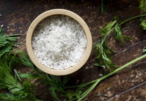 Consumul excesiv de sare provoacă umflarea abdomenului