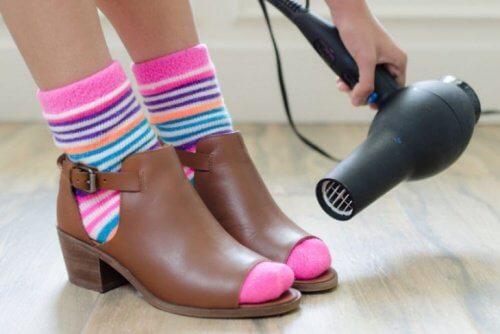 Uscătorul de păr înmoaie pantofii