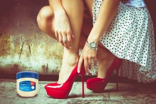 Vaselina previne rănile cauzate de pantofii incomozi