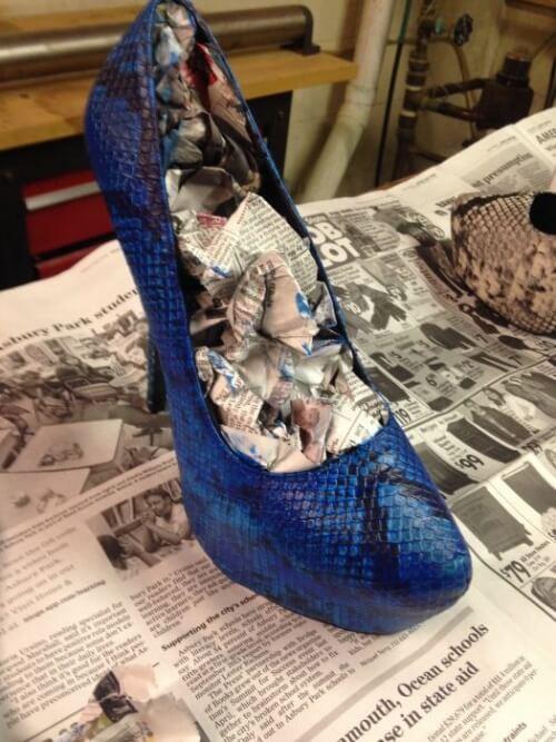 Ziarul îmbibat în alcool lărgește pantofii