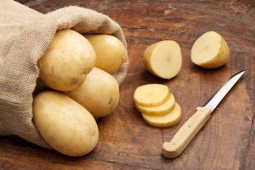 Cartoful crud curăță rugina