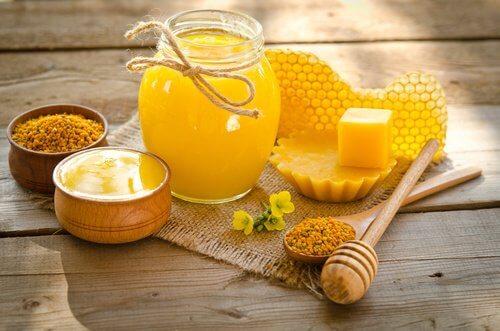 Ceara de albine hidratează pielea de pe mâini