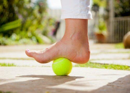 Ameliorarea fasciitei plantare cu mingi de tenis