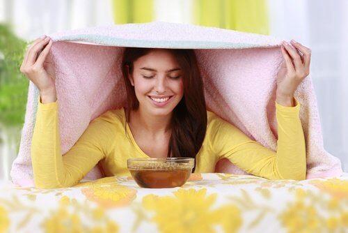 Inhalarea aburilor de la ceaiul de ghimbir tratează sinuzita