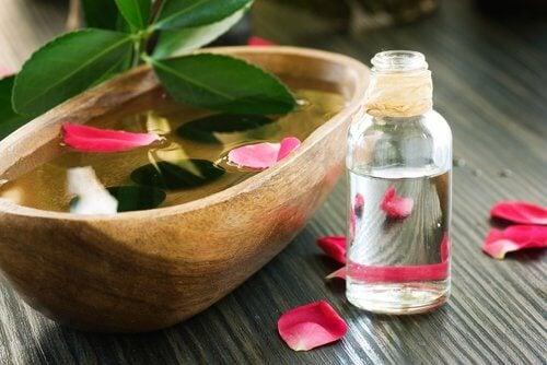 Lăsarea pielii feței poate fi tratată cu apa de trandafiri