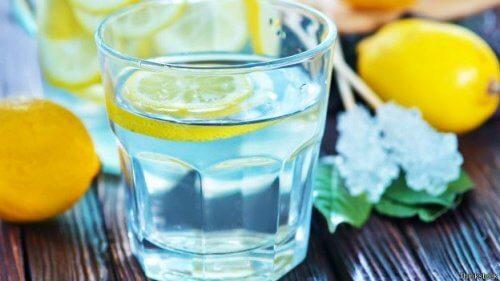 Un pahar de limonadă te hidratează
