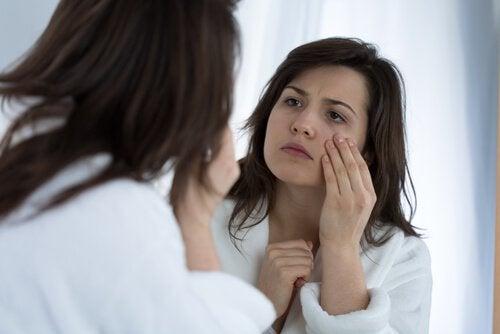 Acest masaj facial diminuează cearcănele