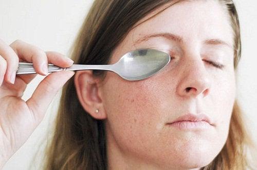 Efectuează în fiecare zi un masaj facial cu lingura