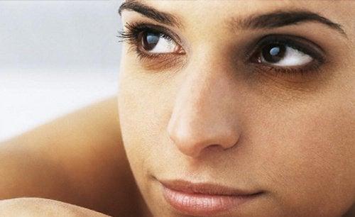 Acest masaj facial întinerește pielea