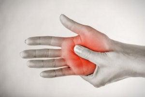 ELYTIS Hospital: Iţi amorţesc mâinile şi picioarele? Află ce boli poţi avea