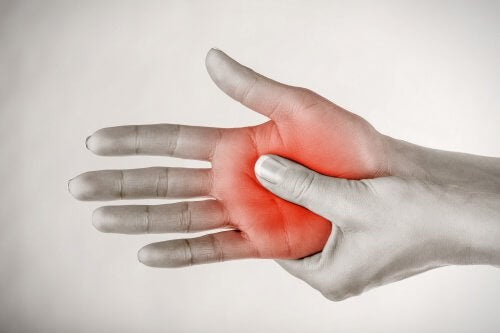 De ce simți furnicături în mâini și picioare?