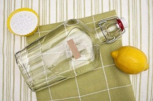Oțet alb cu lămâie pentru a elimina mucegaiul