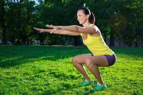 Genuflexiunile te ajută să remediezi pielea lăsată de pe picioare