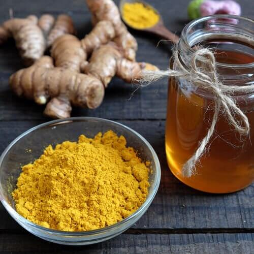 Cum se prepară remediul cu miere și curcuma