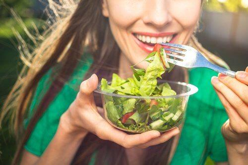 Salatele sănătoase combat arsurile la stomac