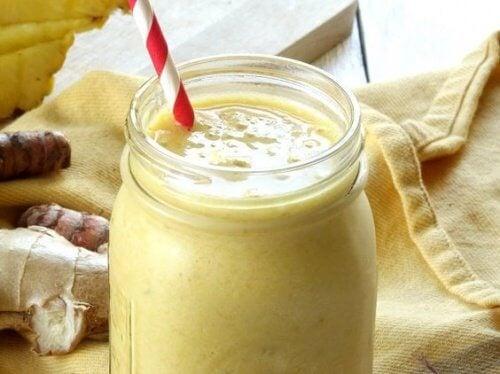 Acest smoothie antiinflamator pentru dureri articulare este ușor de preparat