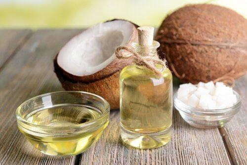 Uleiul de cocos îngrijește pielea de pe mâini