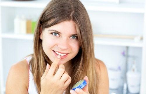 Vaselina poate fi aplicată chiar și pe buze