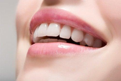 Trebuie să ai dinți impecabili dacă vrei să arăți cu 10 ani mai tânără