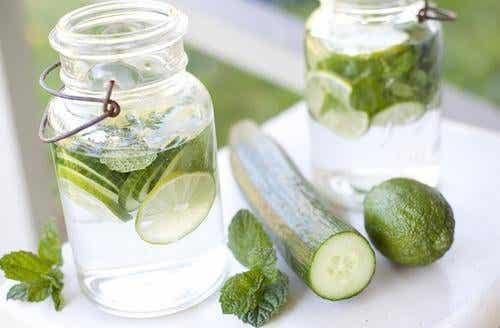 Băutură detoxifiantă cu lămâie, castravete și mentă
