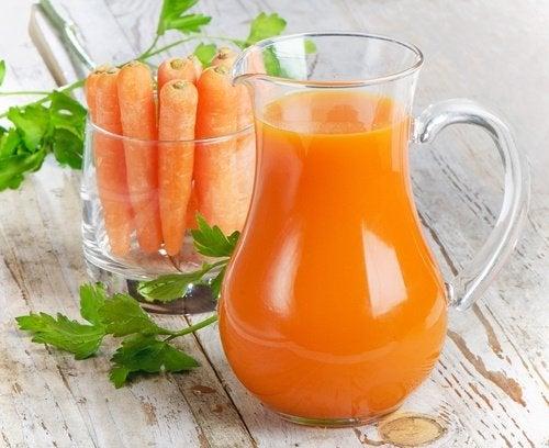 Beneficii ale sucului de morcovi datorate conținutului de vitamina A